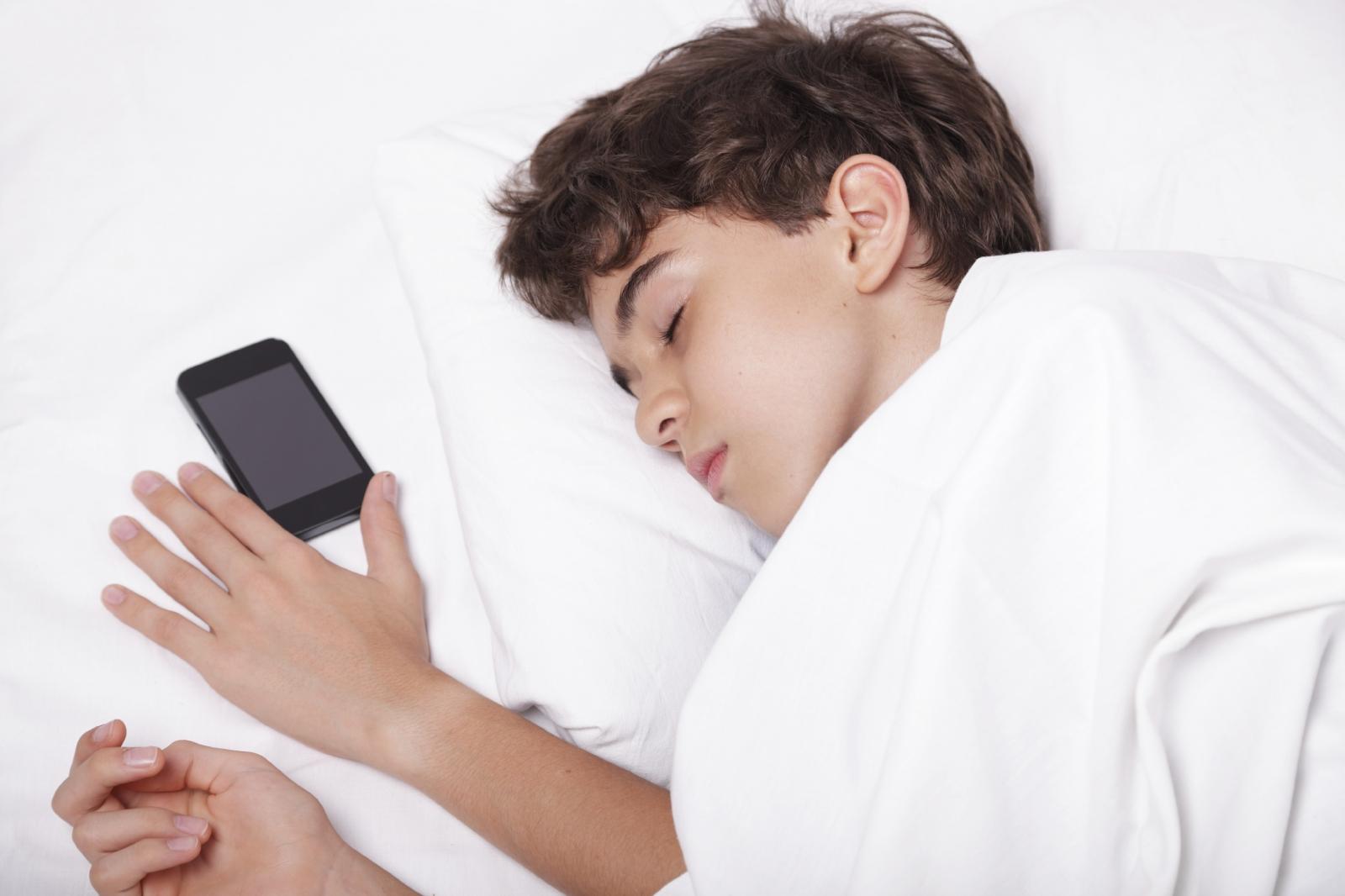 картинка засыпать с телефоном